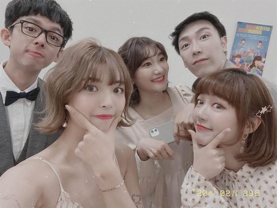阿圓(左二)從韓國返台,卻未戴口罩就出席大型活動挨轟。圖/摘自臉書