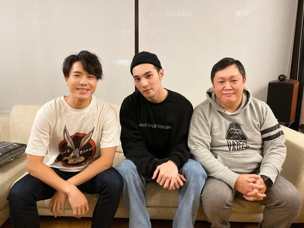 黃偉晉(中)首張個人唱作EP「背光旅行」,與兩大音樂製作人韋禮安(左)、蔡尚文合...