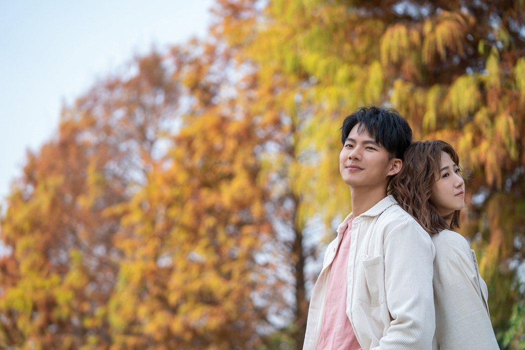 方志友(右)與吳念軒在「粉紅色時光」中談姊弟戀。圖/TVBS提供
