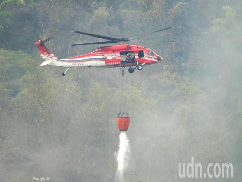 林務局嘉義林管處的102林班地昨晚8時許發生森林大火,空勤直升機來回24趟才熄滅。圖/山美村民莊信然提供