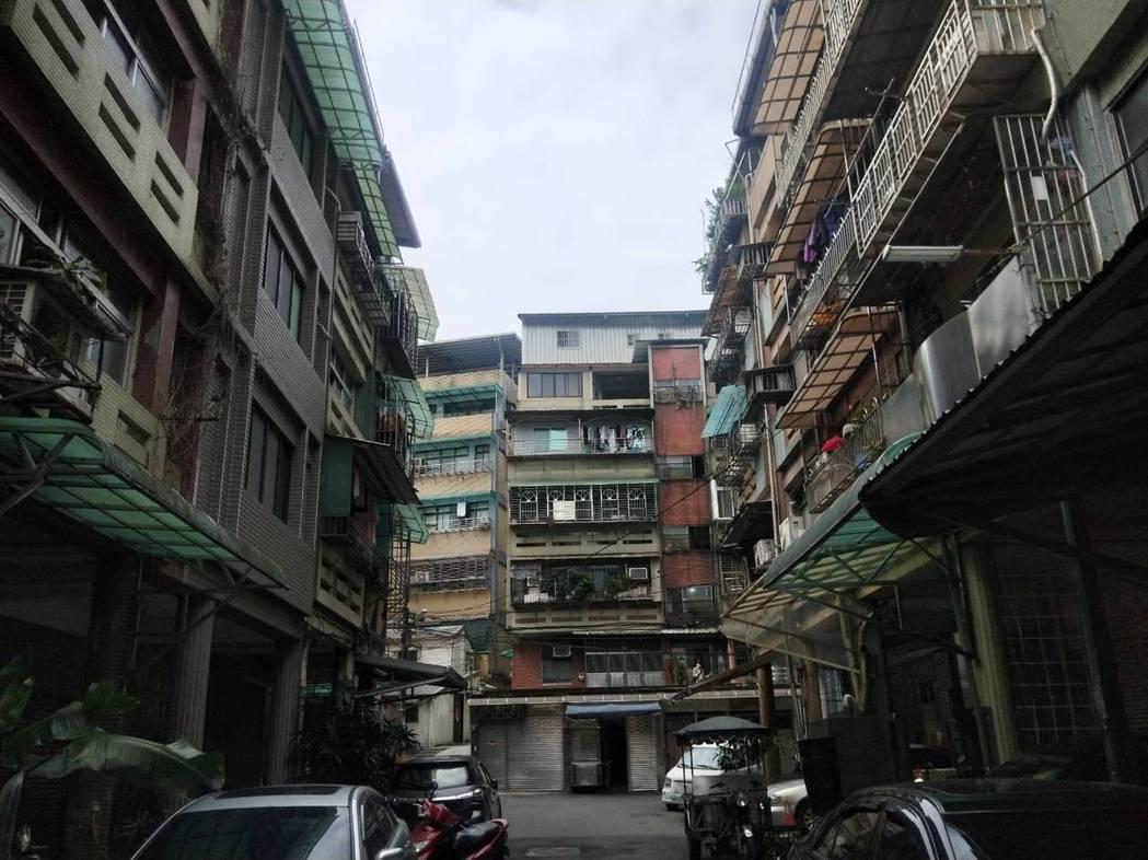 民眾詢問「5樓無電梯公寓好嗎」,貼文引發網友熱議。公寓示意圖。聯合報系資料照片/...