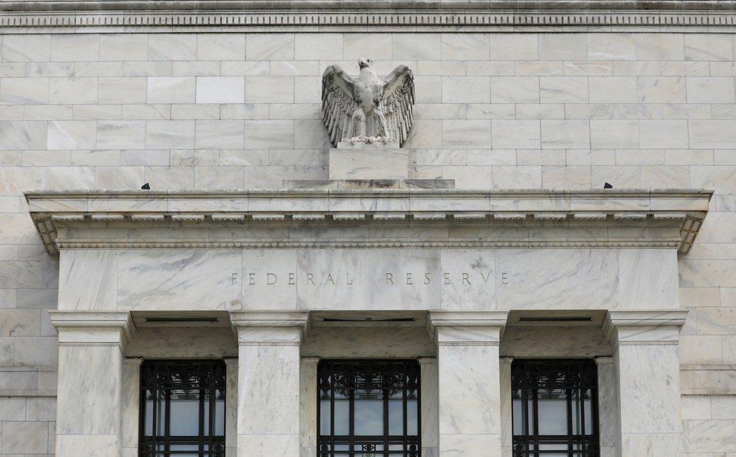 美國聯準會(Fed)3日緊急宣布降息聯邦資金利率2碼。圖/路透