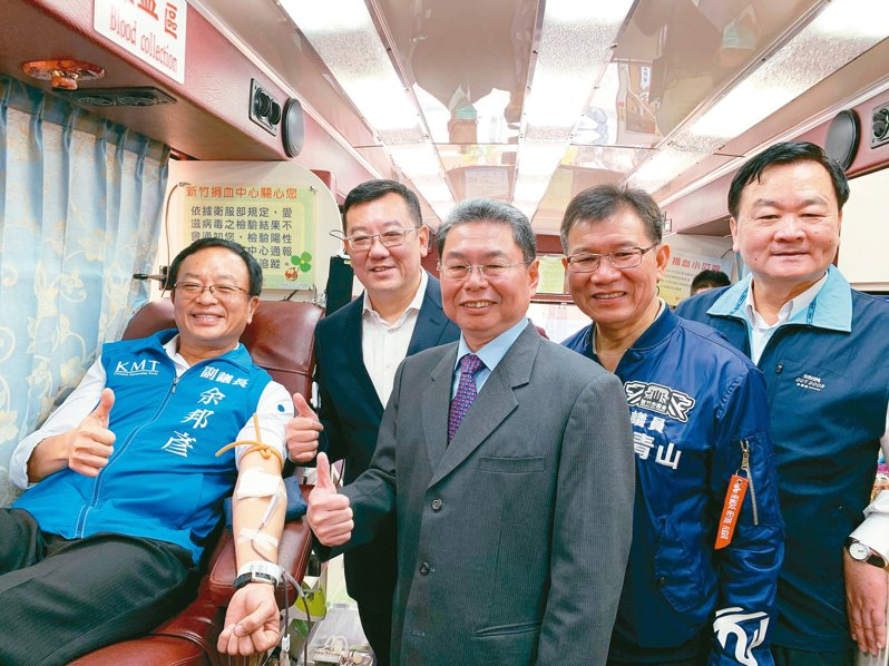 新竹市議會議長許修睿(後排)昨天邀多名議員、里長一起挽袖捐熱血。 圖/新竹市議會提供