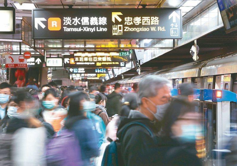 一名網友發文詢問台北大眾運輸工具發達,「有小孩一定要買車」是否是交通較不方便的地區才需要?引發兩派網友論戰。 記者林澔一/攝影