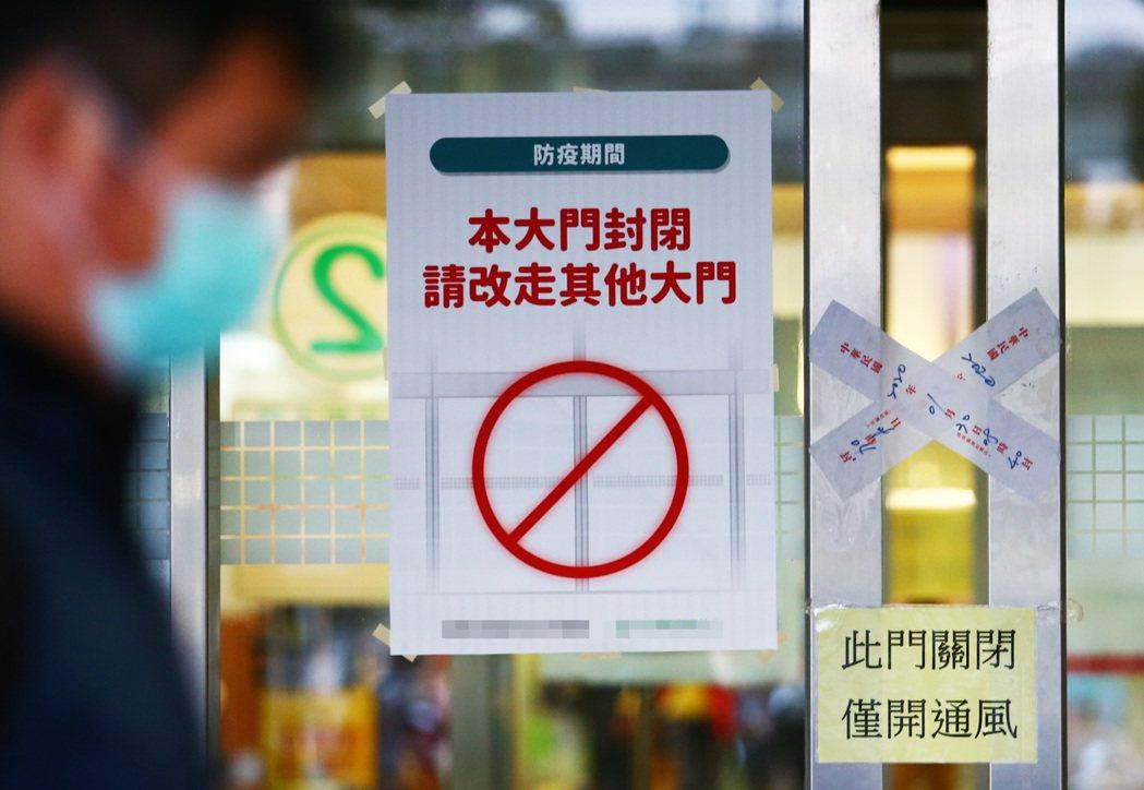 醫院為了防止院內感染,僅留一個出入口,並由醫護人員過濾進出民眾。記者杜建重/攝影