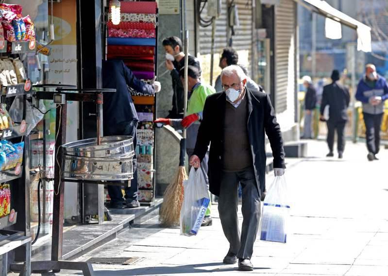 新冠肺炎急速蔓延,伊朗因多名高官染病與死亡案例頻傳成為全球焦點。即使疫情險峻,街頭民眾還是很少戴口罩,伊朗獨步全球的防疫方式,就是以「拋棄式手套」對抗病毒。 法新社