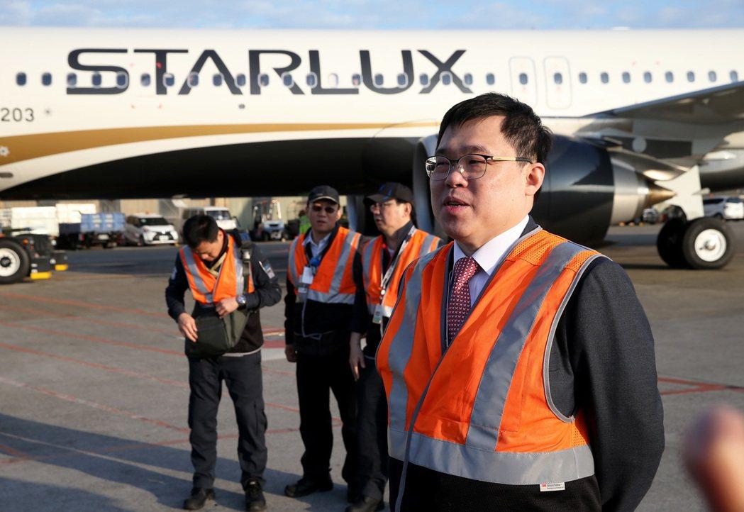 星宇航空公司董事長張國煒(右)1月23日看著首航班機,內心酸甜苦辣雜陳。 圖/聯...