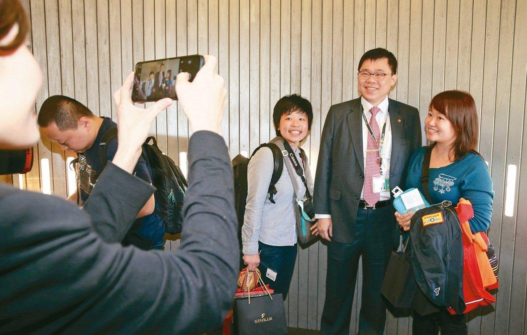 星宇航空1月23日首航,董事長張國煒(右二)親自在空橋的登機口送機。 圖/聯合報...