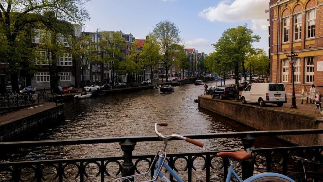 新冠肺炎疫情在全球蔓延,和台灣「口罩之亂」不同的是,在荷蘭戴口罩可能被認為有傳染...