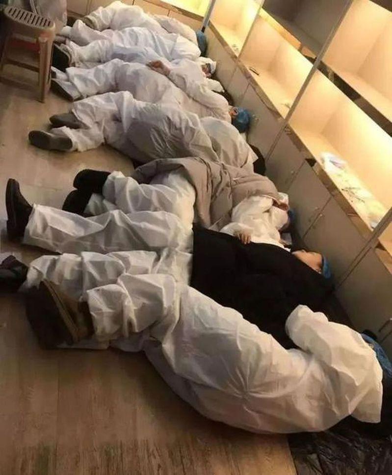 圖為醫護人員穿著防護衣在地板上休息。取材自微博