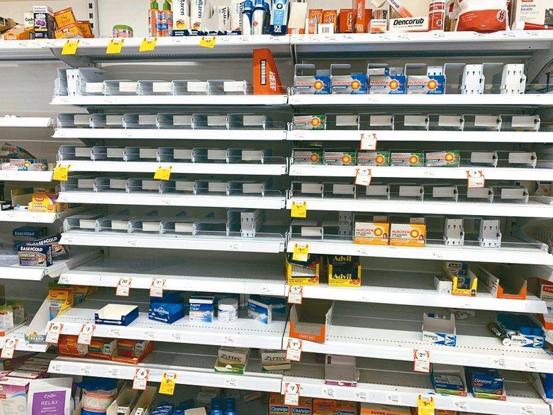 新冠肺炎蔓延,全球都出現物資搶購潮。圖為澳洲高士超市商品架。 路透