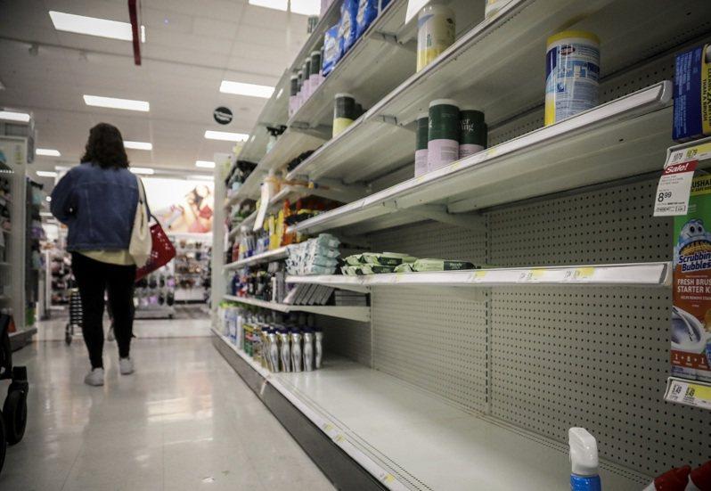 新冠肺炎延燒,紐約賣場架上的消毒濕巾被搶購一空,等待補貨。 美聯社