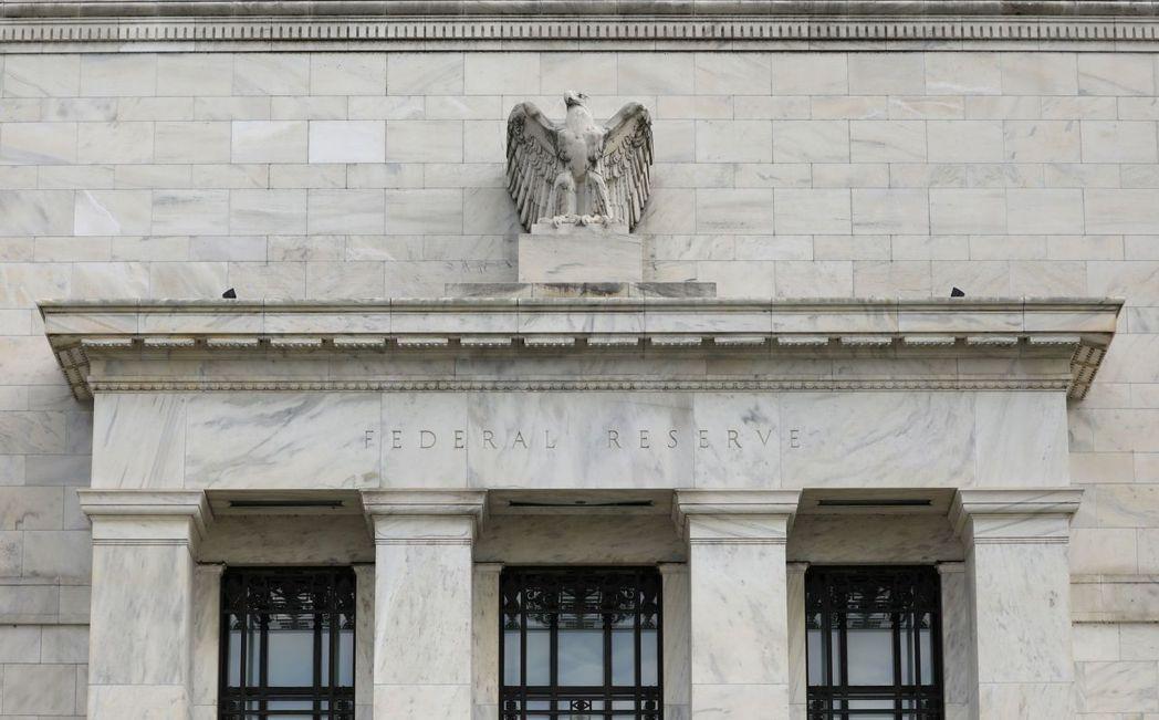 Fed緊急降息2碼,為預防經濟下滑又買了一份「保單」。 圖/路透