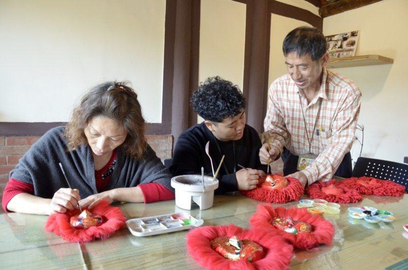 遊客到台南西港港東里參與金獅DIY製作。 圖/謝俊煌 提供