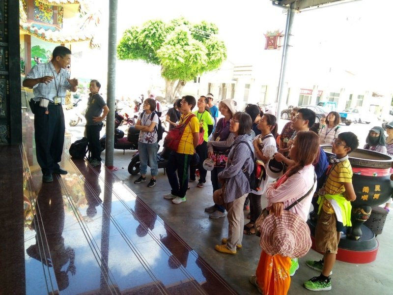 謝俊煌(左)平日負責西港港東里社區的導覽解說,吸引許多遊客。 圖/謝俊煌 提供