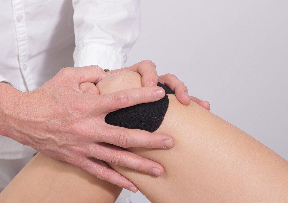 不少民眾都為退化性關節炎所苦。 圖/pixabay