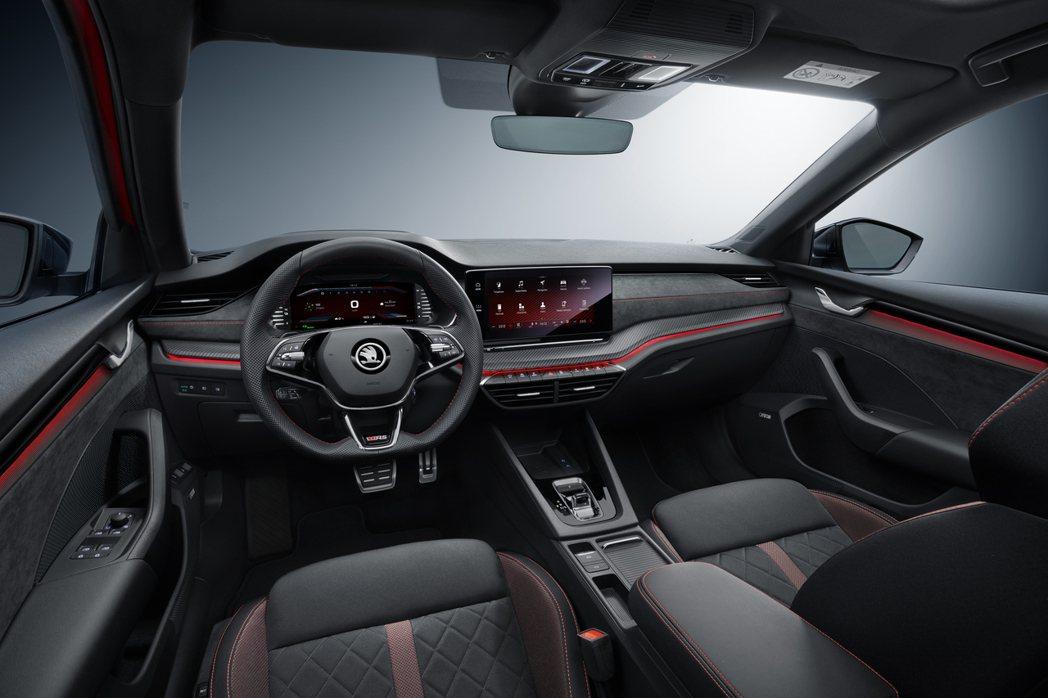 ŠKODA Octavia RS iV 內裝在增添紅色元素後,多了不少熱血氛圍。...