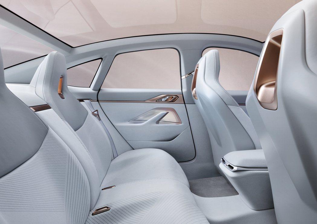 BMW Concept i4 後座。 摘自BMW