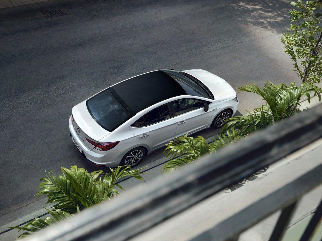 ELANTRA 30周年典藏版搭載專屬運動化鋁圈,車頂與後照鏡飾蓋同步採用炫黑塗...