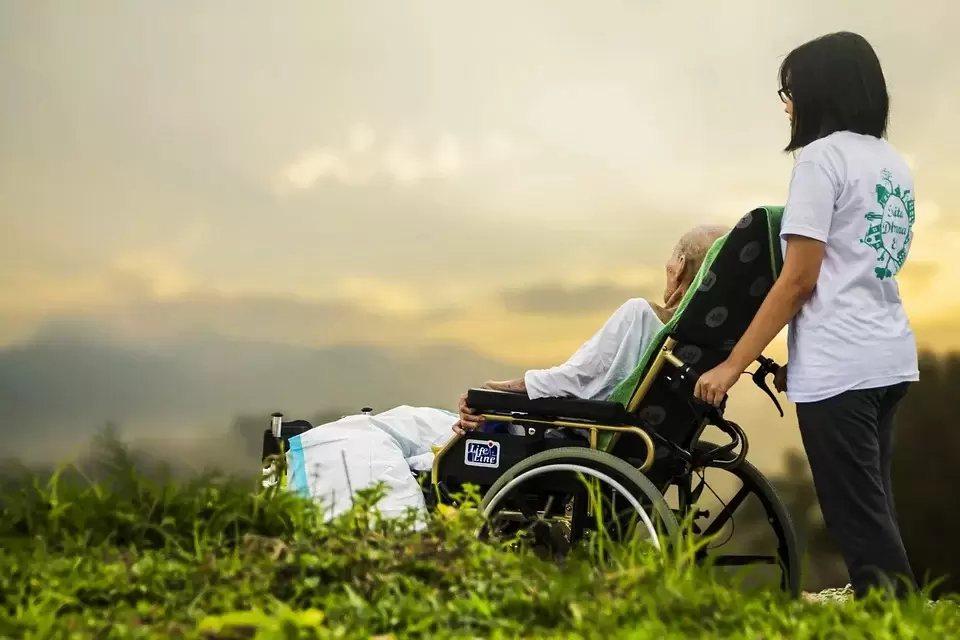 臨終照護就像把生命的棒子交給下一輩,大家要好好接住,生命是不會消失的;對家屬來說...