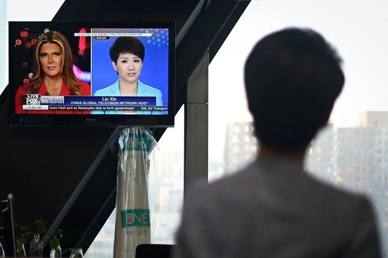 圖為美國《福斯商業頻道》主播與《中國環球電視網》主播,針對美中貿易戰公開辯論。 圖/法新社