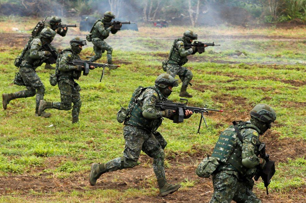 一般台灣人對於兵役制度的最大誤解,是以為只要改回徵兵制,就能有充足的兵力。 圖/路透社