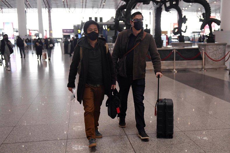 被北京驅逐出境的美國籍《華爾街日報》駐中國分社副社長李肇華(右)和澳洲籍記者溫友正(左)。 圖/法新社