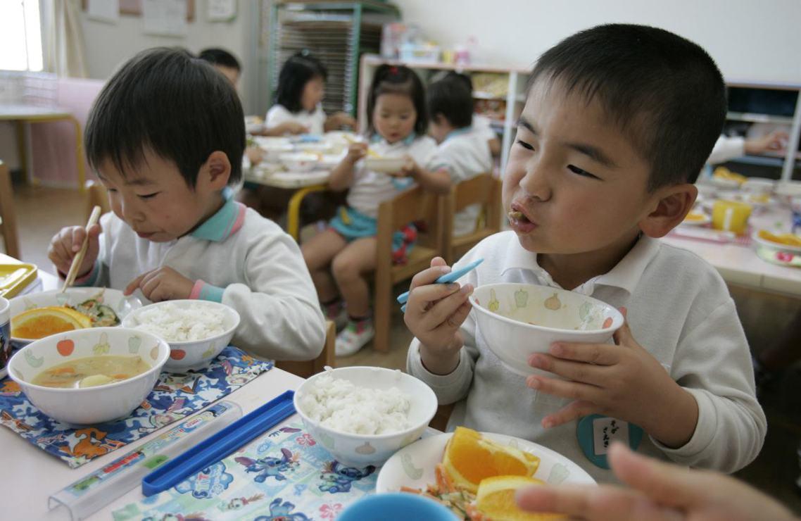 日本為因應防疫措施,高中以下從本周一開始陸續停課,但正因為學童都沒去學校了,原本...