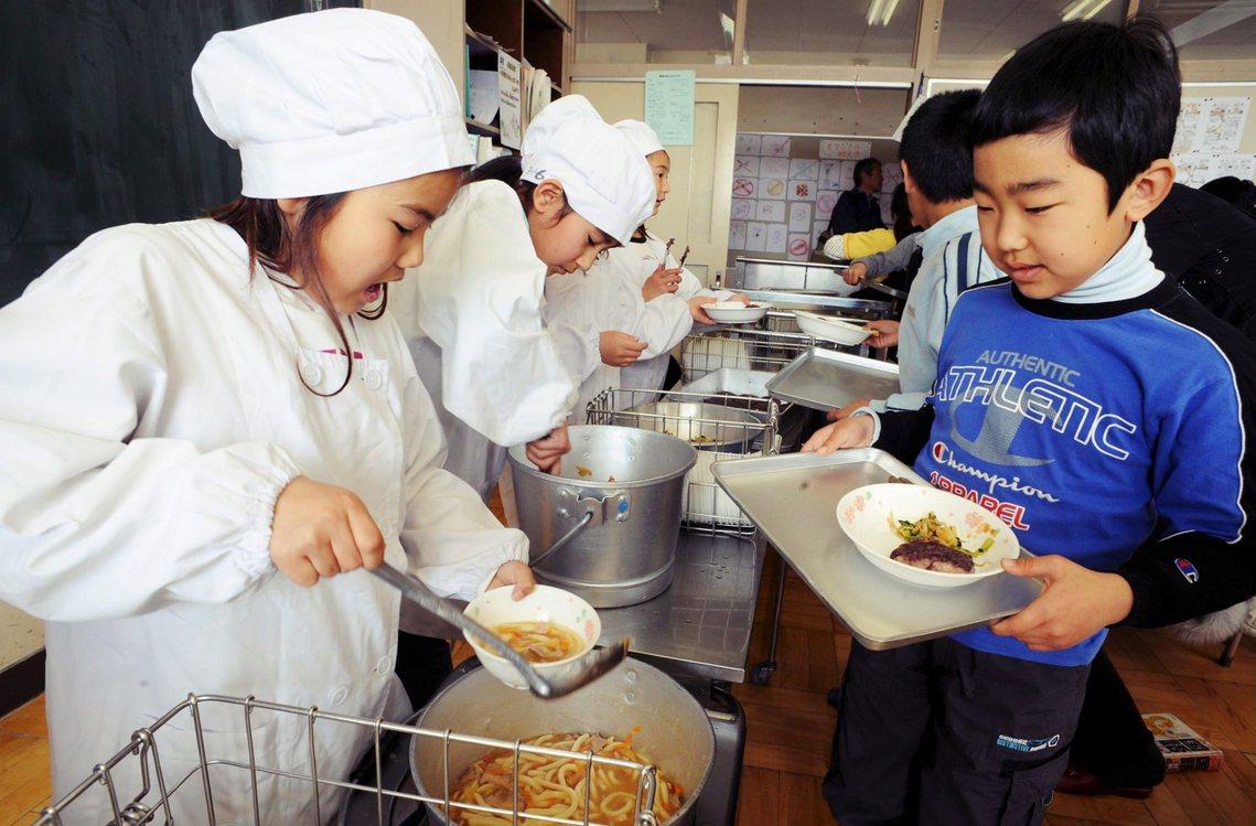 東京一間小學的營養午餐。 圖/歐新社