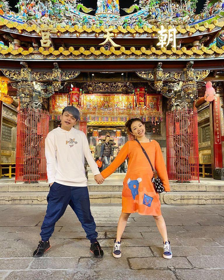 阿嘎與老婆二伯。圖/擷自臉書