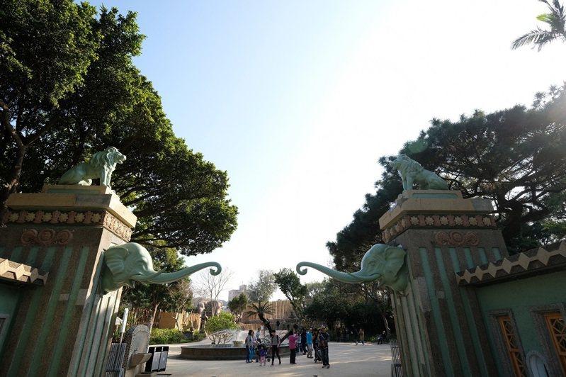 恢復成好看的藍綠色,讓兩尊大象成為來動物園必拍打卡點。