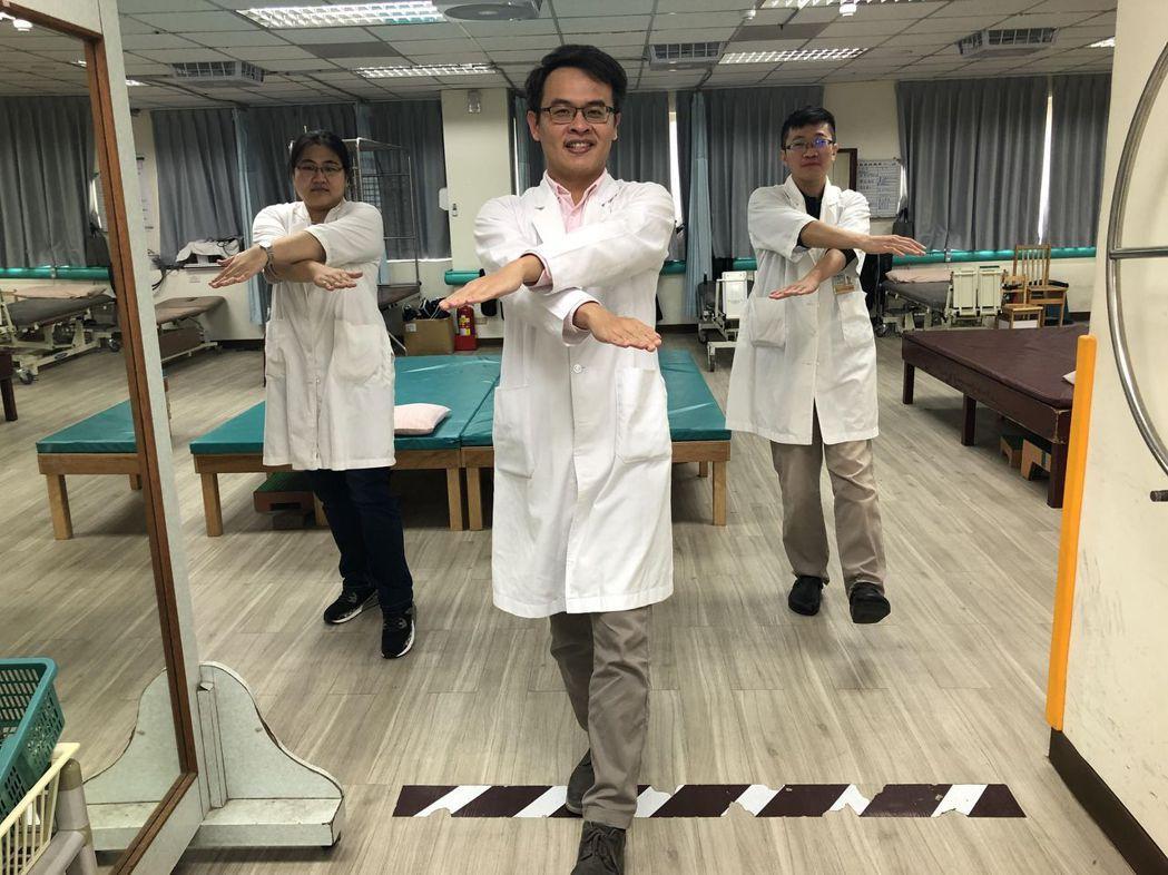 衛福部嘉義縣朴子醫院復健科羅嘉元醫師,提供在家也能夠做的運動,圖為「手腳交叉運動...
