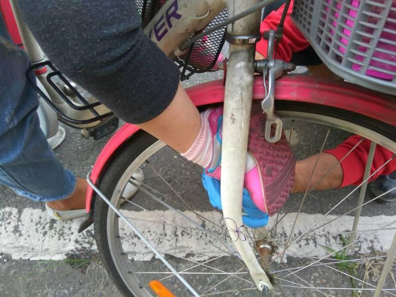 蕭姓女童昨天傍晚右腳不慎卡入腳踏車前輪、痛苦不已。記者卜敏正/翻攝