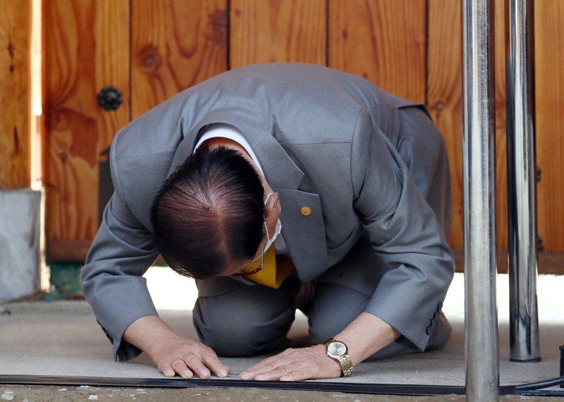 南韓新天地耶穌教會教主李萬熙2日公開露面,為國內新冠病毒肺炎疫情失控向國民下跪道歉。路透