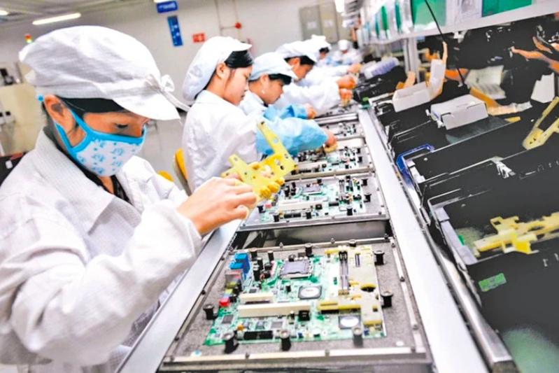 以往普通流水線工人,如今成為深圳各大企業爭相搶奪的對象。圖為富士康廠區生產線狀況。路透
