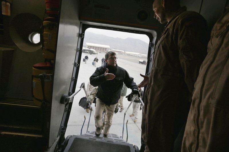 美國政府與阿富汗神學士民兵組織2月29日簽署歷史性協議,美軍預定2021年6月前完全撤出阿國。圖為美國前國防部長卡特2015年2月從阿國首都喀布爾搭機,前往坎達哈訪視當地美軍。美聯社