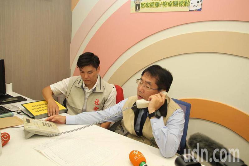 台南市長黃偉哲(右)探視居家隔離鄉親,感謝配合作業。記者謝進盛/攝影