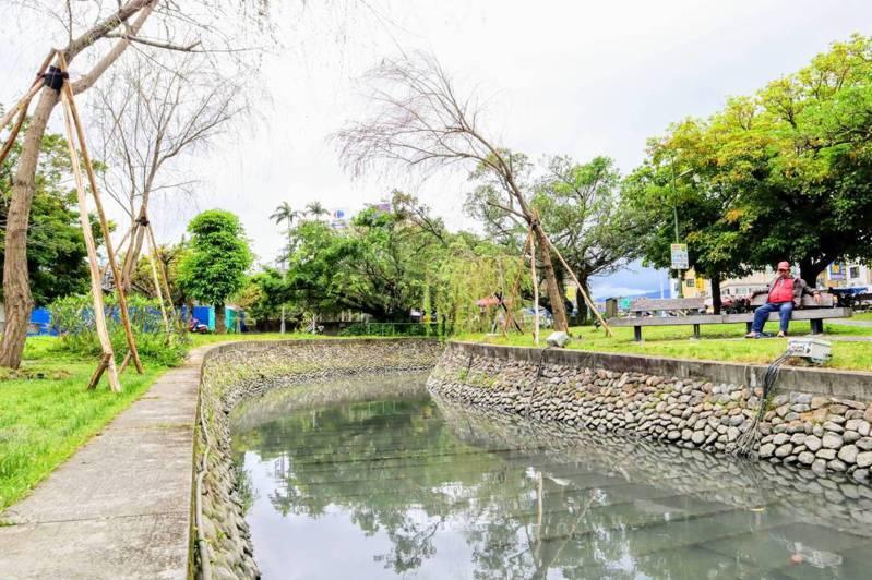 宜蘭市護城河邊栽種垂柳,倒映水面美景,市公所把詩情畫意的「八千代川」找回來了。圖/市公所提供