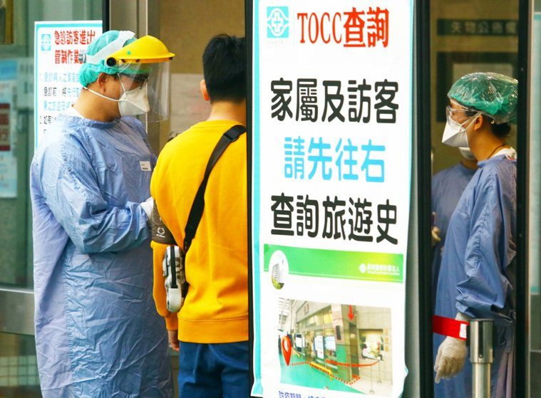 新冠肺炎疫情愈演愈烈,許多醫院派出全套防護裝備的醫護人員站在出入口,一一詢問進入...