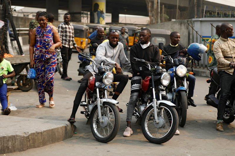 奈及利亞大城拉哥斯的摩托車計程車等待客人。路透
