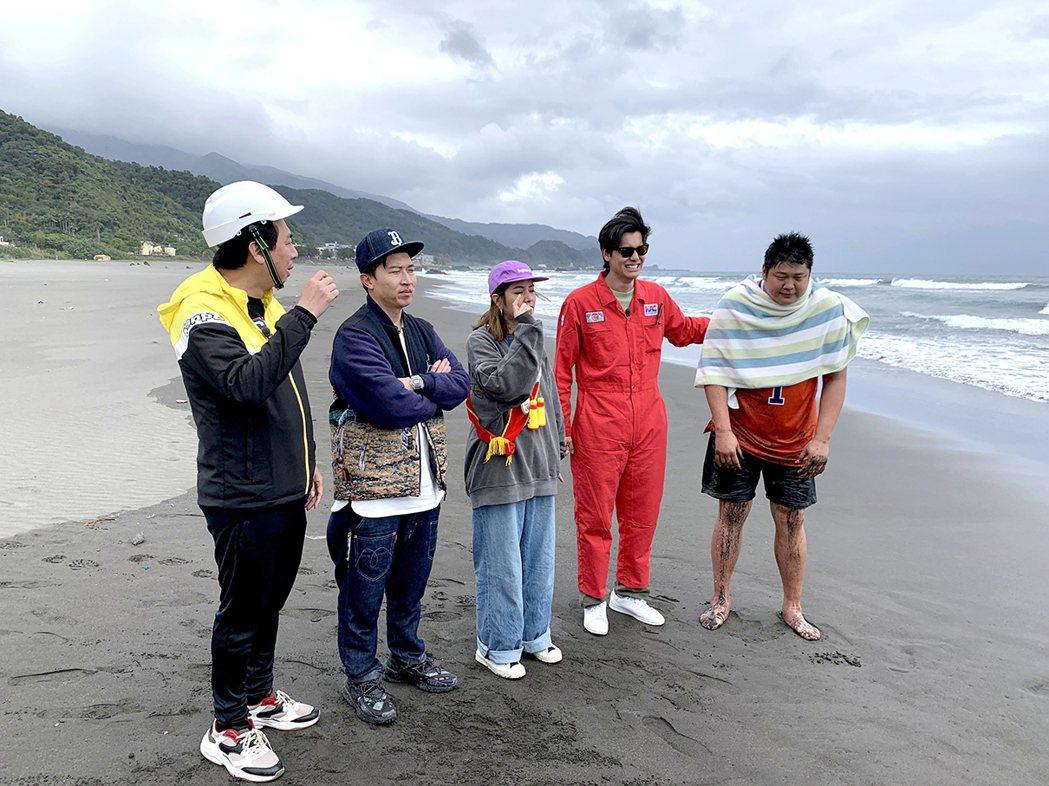 學不成「愛的迫降」,一群人只好到海邊玩浪。圖/TVBS提供