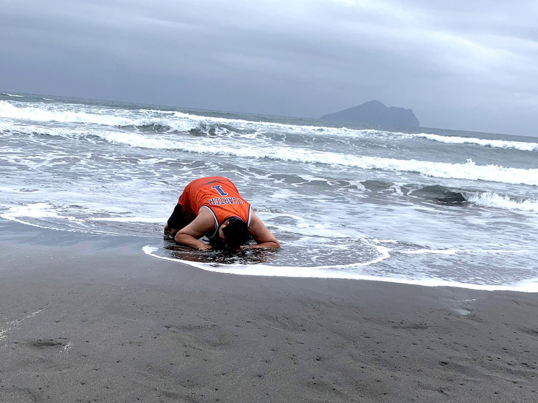 哈孝遠成了擱淺沙灘的鯨魚。圖/TVBS提供