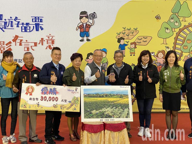 第一名優勝「採菊忙」,拍攝者范整國(右三)是在陪太太回娘家途中,發現杭菊採收景色,趕緊回家拿相機,拍下「季節限定」農村景色。記者劉星君/攝影