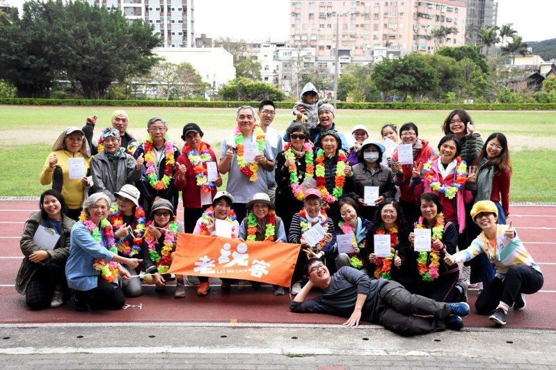 社會企業老玩客特別仿照馬拉松的流程,在清華大學南大校區的操場,為長輩們舉辦「新竹沒有馬拉松」活動。圖/老玩客提供