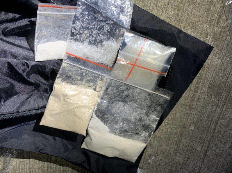 八德警分局在通緝犯章男的機車裡起出改造手槍1把、改造子彈47發,另還有海洛因3包及安非他命。圖/八德警分局提供