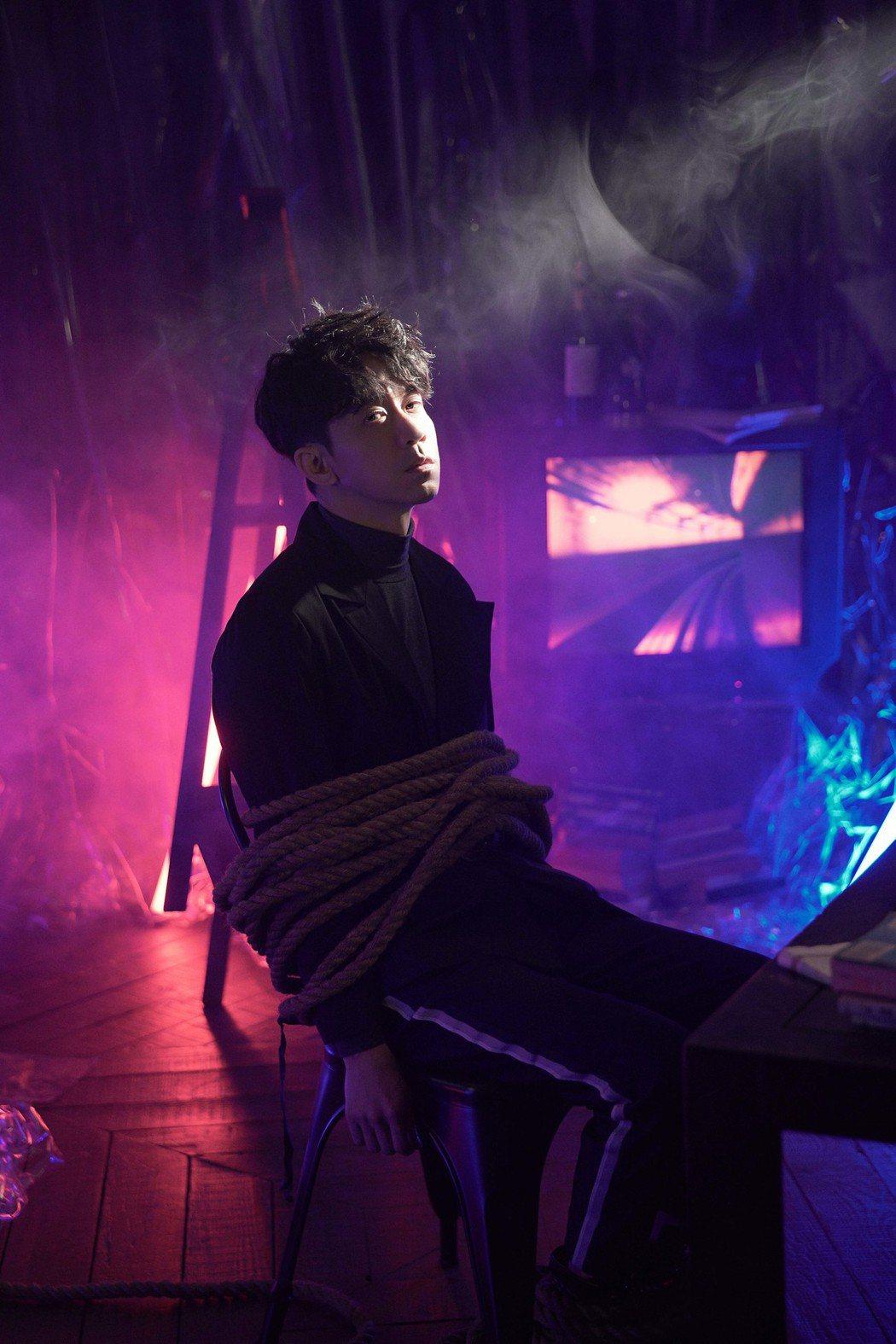 光良在MV中被要求綑綁上陣。圖/星娛音樂提供
