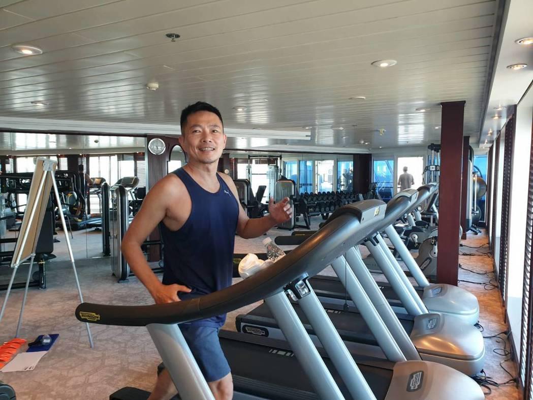 在船上蘇逸洪仍天天健身運動。圖/蘇逸洪提供