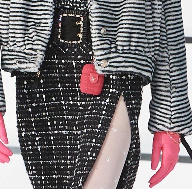 近來時尚圈吹起一股科技風潮,尤其以因應AirPods推出的收納小包最受歡迎,這次香奈兒也使用了標誌性的斜紋軟呢材質打造出迷你小巧包款,粉色調也注入滿滿少女心。圖/香奈兒提供