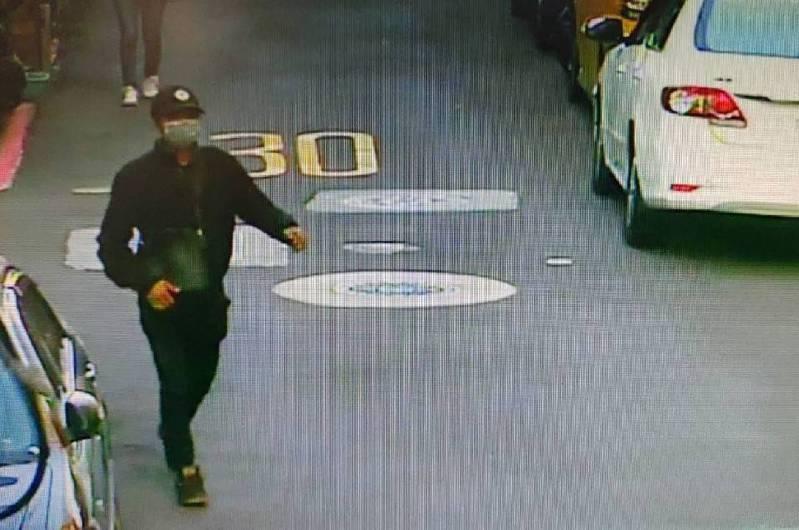 警方正調查黑衣男行蹤。記者蕭雅娟/翻攝
