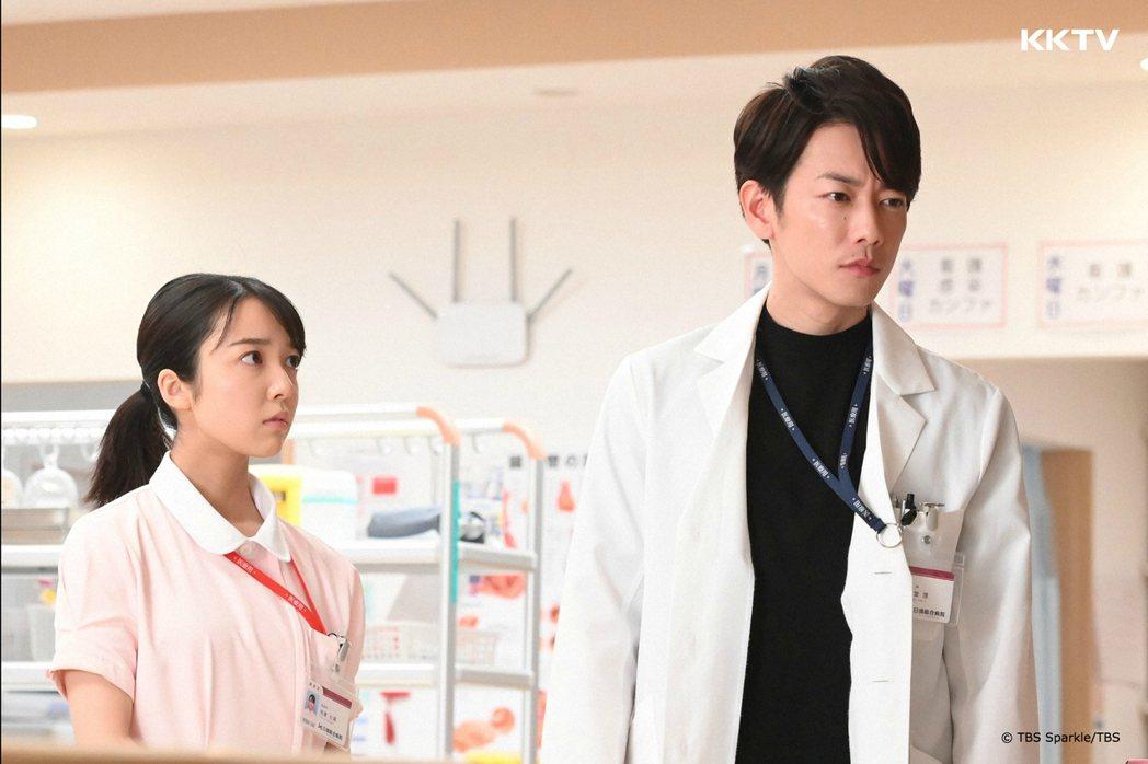 佐藤健(右)、上石白萌音主演的「戀愛可以持續到天長地久」正在日本熱播。圖/KKT...